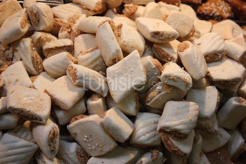 Vente de Hlou Arbi et de pâtisseries à la Médina de Tunis